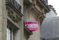 Les prix des logements anciens ont baissé de 1,7% en moyenne sur un an au quatrième trimestre 2013 en France, selon la note de conjoncture des notaires. /Photo d'archives/REUTERS/Mal Langsdon