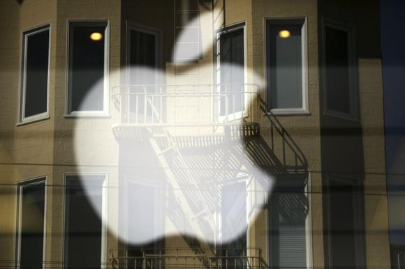 The Apple logo is pictured at a retail store in the Marina neighborhood in San Francisco, California April 23, 2014. REUTERS/Robert Galbraith
