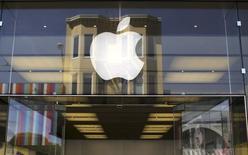 En annonçant mercredi soir avoir vendu au premier trimestre un nombre d'iPhone supérieur aux estimations les plus optimistes, Apple a gagné du temps sans pour autant répondre à la principale question que se pose Wall Street: le groupe va-t-il ou même peut-il encore lancer un nouveau produit phare? /Photo prise le 23 avril 2014/REUTERS/Robert Galbraith