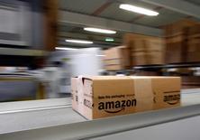 Amazon.com a enregistré une croissance plus forte que prévu de son chiffre d'affaires au premier trimestre, tout en augmentant ses investissements à l'appui de ses projets d'expansion. Le numéro un américain du commerce électronique a fait état jeudi d'un chiffre d'affaires de 19,74 milliards de dollars (14,3 milliards de dollars). /Photo prise le 16 décembre 2013/REUTERS/Michaela Rehle