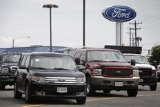 Ford a fait état de résultats inférieurs aux attentes au titre du premier trimestre, les comptes du deuxième constructeur automobile américain ayant notamment été plombés par une augmentation de 400 millions de dollars des provisions de garanties pour des véhicules anciens en Amérique du Nord. /Photo d'archives/REUTERS/Jonathan Ernst