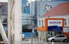 Arnaud Montebourg a confirmé dimanche qu'Alstom faisait l'objet de propositions du groupe américain General Electric et de la société allemande Siemens pour le rachat de sa partie énergie, mais a annoncé qu'il refusait que la décision soit prise dans la précipitation. /Phot prise le 27 avril 2014/REUTERS/Vincent Kessler