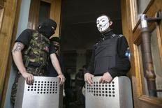 Пророссийские активисты заблокировали вход в здание телеканала в Донецке, 27 апреля 2014 года. REUTERS/Baz Ratner