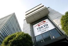 Вид на здание Токийской фондовой биржи 17 ноября 2008 года.  Азиатские фондовые рынки снизились в понедельник под влиянием локальных событий. REUTERS/Stringer