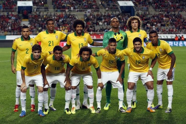 Brazil's national soccer team players pose for a team photo before a friendly soccer match against South Korea at the Seoul World Cup stadium October 12, 2013. (Top row L to R) Dani Alves, Jo, Dante, Jefferson, David Luiz, (bottom row L to R) Oscar, Paulinho, Marcelo, Neymar, Hulk and Luis Gustavo. REUTERS/Kim Hong-Ji (SOUTH KOREA - Tags: SPORT SOCCER) - RTX148UD