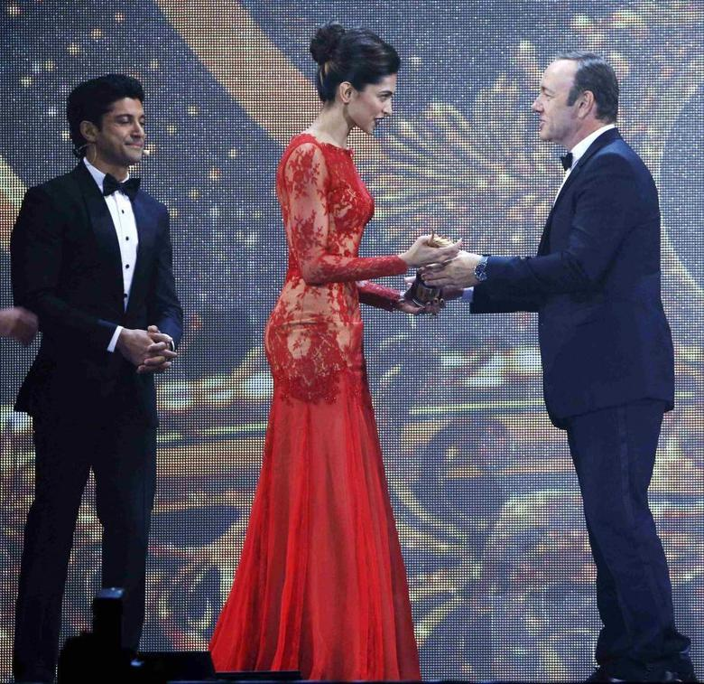 Hollywood actor Kevin Spacey presents Deepika Padukone her  IIFA 2014 Best Actress Award while Best Actor Award winner Farhan Akhtar looks on (R) during the 15th International Indian Film Academy Awards in Tampa, Florida, April 26, 2014. REUTERS/Mohammed Jaffer-SnapsIndia
