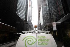 Le câblo-opérateur américain Comcast va céder 3,9 millions d'abonnés à ses services vidéo, dont 1,4 million à Charter Communications, afin d'obtenir le feu vert des autorités de régulation à son projet de fusion avec Time Warner Cable dévoilé en février. /Photo prise le 13 février 2014/REUTERS/Joshua Lott