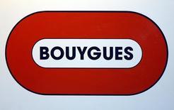 Les investisseurs, faute de pouvoir jouer Alstom suspendu depuis vendredi matin, se tournent vers son principal actionnaire, Bouygues (29,4% du capital), dont le titre est en tête des hausses du CAC 40 et gagne 2,5% lundi à la mi-séance à la Bourse de Paris. /Photo d'archives/REUTERS