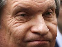 Глава Роснефти Игорь Сечин у центрального офиса BP в Лондоне 21 марта 2013 года. США в понедельник ввели санкции в отношении главы российской госкомпании Роснефть Игоря Сечина и еще более десятка компаний и лиц, связанных с президентом Владимиром Путиным, предприняв очередную попытку наказать Москву за интервенцию на Украину. REUTERS/Olivia Harris