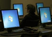 Le département de la Sécurité intérieure des Etats-Unis a recommandé lundi aux internautes d'utiliser d'autres navigateurs qu'Internet Explorer en attendant que Microsoft ait corrigé la faille dévoilée au cours du week-end et qui a déjà été exploitée par des pirates informatiques. /Photo d'archives/REUTERS/Ina Fassbender