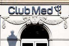 Club Méditerranée a constaté une baisse du volume d'activité de ses villages de vacances de 1,1% en données estimées pour le premier semestre 2014 correspondant à une progression de 2,2% à taux de change constant. /Photo d'archives/REUTERS/Charles Platiau