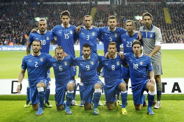 Italy's national soccer players line-up for a team photo before their World Cup Group B qualifying match against Denmark in Copenhagen October 11, 2013.    REUTERS/Scanpix/Liselotte Sabroe