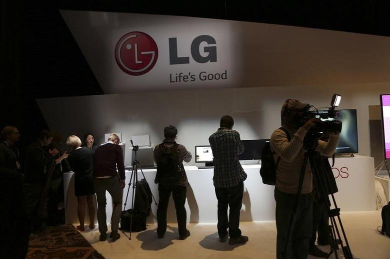 Attendees browse at products following an LG event during the annual Consumer Electronic Show (CES) in Las Vegas, Nevada January 6, 2014. REUTERS/Robert Galbraith /Files