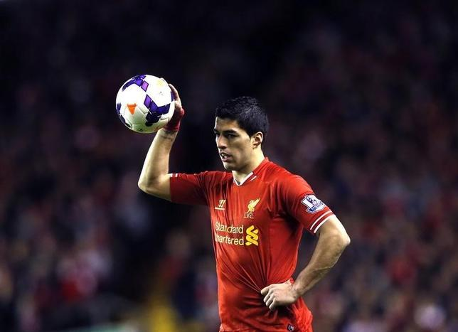 Liverpool's Luis Suarez prepares to take a free kick during their English Premier League soccer match against Sunderland at Anfield in Liverpool, northern England March 26, 2014.    REUTERS/Phil Noble/Files