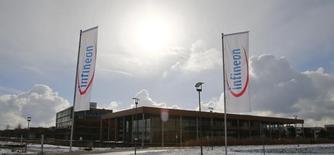 Le siège d'Infineon, à Neubiberg près de Munich. Le fabricant allemand de semi-conducteurs a publié mardi des résultats trimestriels en nette hausse, à la faveur d'une demande robuste de ses clients des secteurs industriel et automobile, et il s'attend à atteindre la partie supérieure de ses objectifs, voire à les dépasser, sur l'ensemble de l'exercice 2013-2014. /Photo prise le 28 janvier 2014/REUTERS/Michael Dalder