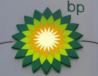 Логотип BP на заправке компании в Санкт-Петербурге 18 октября 2012 года. Прибыль британской нефтяной компании BP превысила прогноз аналитиков в первом квартале, и компания второй раз за последние полгода повысила дивиденды. REUTERS/Alexander Demianchuk/Files