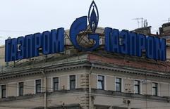 Реклама Газпрома на крыше здания в Санкт-Петербурге 14 ноября 2013 года. Крупнейший в мире производитель природного газа Газпром снизил чистую прибыль по МСФО в 2013 году на 7 процентов до 1,139 триллиона рублей в основном из-за снижения курса рубля, показатель почти совпал с прогнозом аналитиков. REUTERS/Alexander Demianchuk