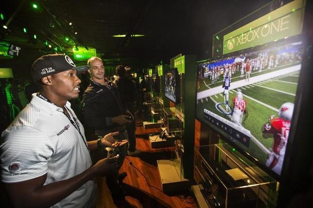 Fans play video games on Xbox One consoles during a midnight launch event in New York, November 21, 2013.  REUTERS/Lucas Jackson/Files