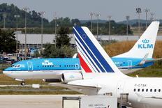 Air France-KLM a réduit ses pertes au premier trimestre, grâce à ses économies de coûts et à la baisse du prix du carburant. La groupe franco-néerlandais a signé un gros contrat en Chine dans la maintenance, sa seule activité bénéficiaire.  /Photo d'archives/REUTERS/Charles Platiau