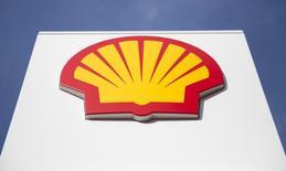 Логотип Shell в Лондоне 6 марта 2014 года. Нефтяная компания Royal Dutch Shell снизила прибыль почти вдвое до $4,5 миллиарда в первом квартале, в основном за счет $2,9-миллиардного списания, связанного с обесценением НПЗ в Азии и Европе. REUTERS/Neil Hall