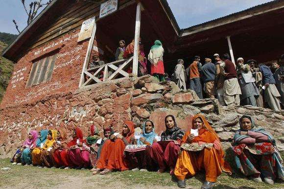 Kashmiri women voters wait to cast their votes at a polling station in Kangan, east of Srinagar April 30, 2014. REUTERS/Danish Ismail