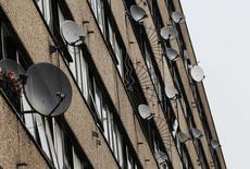 BSkyB a ajouté 74.000 nouveaux abonnés en net au troisième trimestre, soit plus du double de la croissance enregistrée un an auparavant, l'opérateur de télévision payante surmontant ainsi largement une concurrence devenue plus âpre. Son chiffre d'affaires est ressorti en hausse de 7% sur neuf mois, à 5,7 milliards de livres (sept milliards d'euros). /Photo d'archives/REUTERS/Luke MacGregor