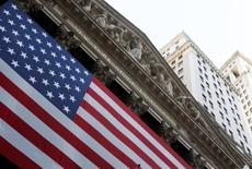 Wall Street a débuté sur une note stable jeudi, les investisseurs marquant une pause après avoir poussé le Dow a un record la veille face au discours confiant de la Réserve fédérale et jouant la prudence après une série d'indicateurs mitigés. Dans les premiers échanges, le Dow Jones gagne 0,09%, le S&P-500 progresse de 0,04% et le Nasdaq prend 0,09%. /Photo d'archives/REUTERS/Jessica Rinaldi