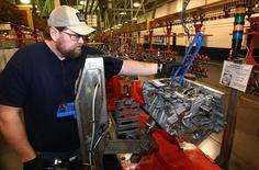 La croissance de l'activité du secteur manufacturier américain a décéléré pour le deuxième mois de suite en avril, mais elle continue quand même d'évoluer à un rythme soutenu, selon les résultats définitifs de l'enquête mensuelle Markit auprès des directeurs d'achat. /Photo prise le 28 mars 2014/REUTERS/Aaron Josefczyk
