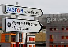 Alstom est à suivre vendredi à la Bourse de Paris. Le PDG de General Electric a évoqué une possible amélioration de l'offre de l'américain sur le français. /Photo prise le 27 avril 2014/REUTERS/Vincent Kessler