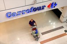 A la mi-séance, le titre Carrefour (-4,41%) accuse la plus forte baisse des indices CAC 40 (-0,48%) et SBF 120 à Paris et de l'indice Stoxx de la distribution en Europe (-0,93%), Kepler Cheuvreux ayant abaissé son conseil d'achat à neutre avec un objectif de cours ramené de 33 à 29,5 euros. /Photo d'archives/REUTERS/Charles Platiau