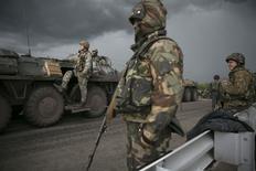 Украинские солдаты стоят на блокпосту около украинского Славянска, 2 мая 2014 года. Киев стянул войска к контролируемому пророссийскими сепаратистами Славянску на востоке Украины, пригнав бронетранспортеры с десантниками и вертолеты, Министерство обороны сообщило о гибели двух пилотов вертолетов, сбитых боевиками. REUTERS/Baz Ratner (UKRAINE - Tags: POLITICS CIVIL UNREST MILITARY) - RTR3NJHE