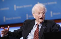 Gary Becker, récompensé en 1992 du prix Nobel d'économie pour ses applications des principes de l'analyse économique aux sciences sociales, est mort samedi à 83 ans. /Photo d'archives/REUTERS/Mario Anzuoni