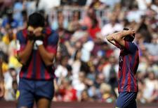 """Игроки """"Барселоны"""" Алексис Санчес (слева) и Педро Родригес во время матча против """"Хетафе"""" в Барселоне 3 мая 2014 года. Ни один клуб из тройки претендентов на завоевание золотых медалей в чемпионате Испании не смог в минувшие выходные набрать три очка в национальном первенстве. REUTERS/Albert Gea"""