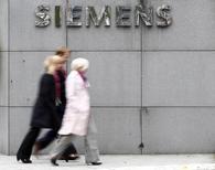 Alors que Joe Kaeser, le patron de Siemens, s'apprête à détailler mercredi sa nouvelle stratégie visant à combler le retard du groupe en terme de rentabilité sur des concurrents, son discours risque d'être occulté par la bataille dans laquelle le géant allemand a dû se lancer face à General Electric pour le contrôle des activités d'énergie d'Alstom. /Photo prise le 30 septembre 2013/REUTERS/Michaela Rehle