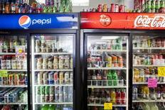 Холодильники с напитками в магазине в Сан-Диего, Калифорния, 13 февраля 2014 года. Coca-Cola Company сообщила, что уберет спорный стабилизатор вкуса из некоторых своих напитков вслед за конкурентом PepsiCo, который ранее объявил, что исключит этот химикат из своей продукции. REUTERS/Sam Hodgson