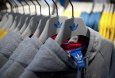 Одежда Adidas в магазине в Берлине, 27 марта 2014 года. Финансовые результаты Adidas не дотянули до ожиданий рынка в первом квартале из-за сильного падения продаж бренда TaylorMade, под которым выпускаются товары и аксессуары для гольфа. REUTERS/Stefanie Loos