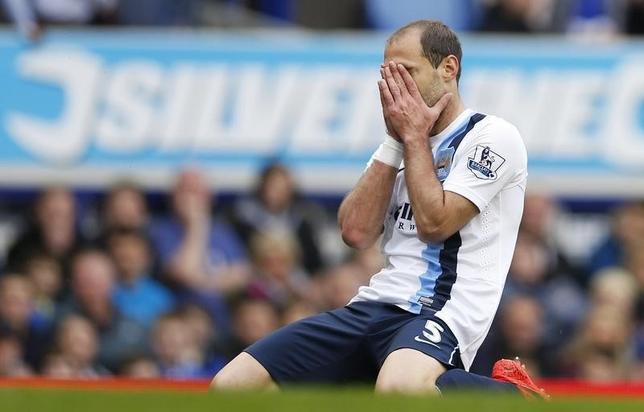 Pablo Zabaleta of Manchester City reacts after missing a chance to score against Everton in their English Premier League soccer match at Goodison Park in Liverpool, May 3, 2014.    REUTERS/Russell Cheyne