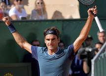 Roger Federer of Switzerland celebrates after defeating Novak Djokovic of Serbia during their semi-final tennis match at the Monte Carlo Masters in Monaco April 19, 2014.   REUTERS/Patrice Masante