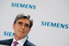 Le président du directoire de Siemens, Joe Kaeser. Le conglomérat allemand vu son bénéfice opérationnel progresser de 16% -une hausse inférieure aux attentes - au deuxième trimestre de son exercice décalé, sous le coup de charges dans sa branche énergie. /Photo prise le 7 mai 2014/REUTERS/Thomas Peter