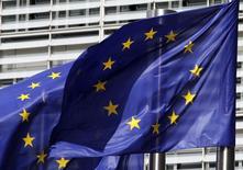 Флаги ЕС у здания Еврокомиссии в Брюсселе 30 июня 2010 года. Страны ЕС приняли предварительное соглашение в среду о расширении законных критериев для введения санкций против компаний и отдельных лиц с целью давления на Россию, сообщили дипломаты. REUTERS/Thierry Roge