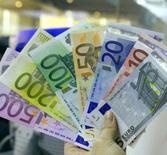 La Banque centrale européenne (BCE) a, sans surprise, laissé sa politique monétaire inchangée jeudi, l'institut d'émission préférant retenir les signes suggérant une reprise durable dans la zone euro plutôt que les appels la pressant d'agir face à la vigueur de l'euro et à la persistance d'une faible inflation. /Photo d'archives/REUTERS