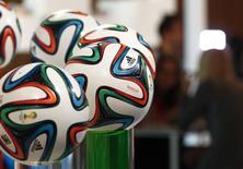Футбольные мячи Adidas в немецком городе Фюрт 8 мая 2014 года. REUTERS/Michaela Rehle