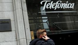 L'opérateur espagnol Telefonica a fait état vendredi de bénéfices net au premier trimestre en baisse de 23,2% à 692 millions d'euros en raison notamment d'effets de change négatifs sur l'Amérique latine et de la vente de sa filiale tchèque. /Photo d'archives/  REUTERS/Sergio Perez