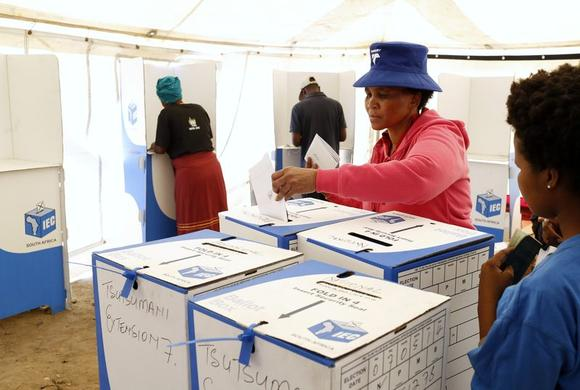 A woman casts her ballot in Johannesburg's Alexandra township, May 7, 2014. REUTERS/Mike Hutchings