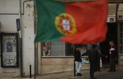 """Moody's annonce vendredi avoir relevé de """"Ba3"""" à """"Ba2"""" la note souveraine du Portugal, l'agence de notation ajoutant qu'elle place cette nouvelle note sous revue en vue d'un éventuel prochain relèvement. /Photo d'archives/REUTERS/Rafael Marchante"""