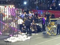 Equipe de emergência presta socorro às artistas do circo Ringling Bros. and Barnum & Bailey Circus que se acidentaram durante a apresentação de um número em Providence, Rhode Island, no domingo. 04/05/2014 REUTERS/Aletha Wood