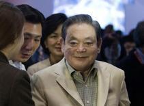 Le président de Samsung Electronics, Lee Kun-hee. L'homme d'affaires sud-coréen, qui est âgé de 72 ans, a été opéré du coeur dimanche et se trouve dans un état stable. /Photo d'archives/REUTERS/Steve Marcus