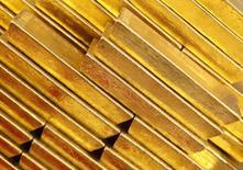 Слитки золота в Чешском народном банке в Праге, 16 апреля 2013 года. Цены на золото растут под влиянием усиления геополитической напряженности на Украине, которая стимулирует спрос на низкорискованные активы. REUTERS/Petr Josek