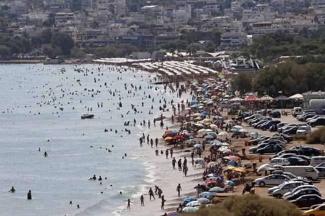 Tourists enjoy the hot weather at Vari beach, some 30 km (19 miles) southeast of Athens July 21, 2013.  REUTERS/Yannis Behrakis
