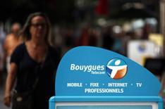 Les syndicats de Bouygues Telecom redoutent un vaste plan social qui pourrait toucher près d'un quart des effectifs de l'opérateur télécoms, dos au mur après l'échec de sa tentative de rachat du rival SFR. La filiale de Bouygues envisagerait de supprimer entre 1.500 et 2.000 emplois sur un total d'un peu plus de 9.000, selon un représentant syndical. /Photo d'archives/REUTERS/Eric Gaillard